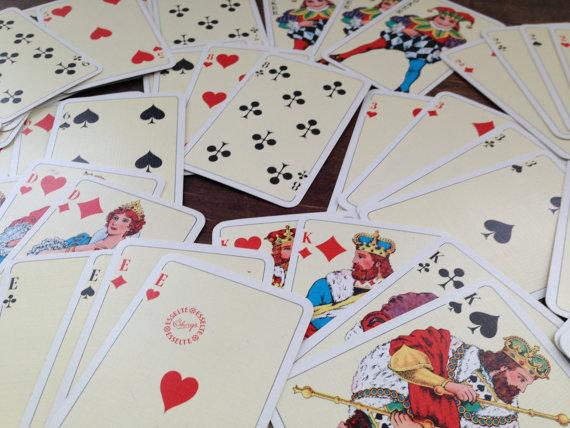 närbild bild av Öbergs spelkort som är mycket populär i Sverige
