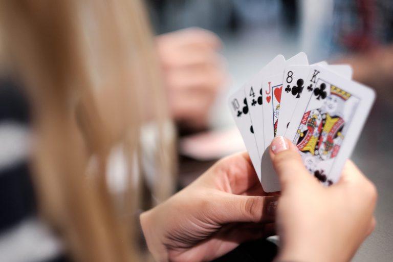 spelar kort i händer